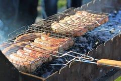 Grill kiełbasy gotować w grillu plenerowym zdjęcie royalty free