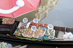 Grill-Meeresfrüchte von sich hin- und herbewegendem Markt Ampawa, Thailand Lizenzfreies Stockfoto