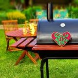 Grill-Menü-Zeichen auf hölzernem Herzen Stockfotografie