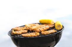 Grill met worsten, vlees en graan Het openlucht roosteren Stock Afbeeldingen
