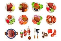 Grill mit heißen Kohlen, Küchengeräten für das Kochen und verschiedenen gegrillten Tellern Würste, Huhn, Steak, fischen mit lizenzfreie abbildung