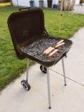 Grill mit Hotdogen Stockfotos