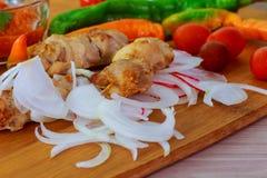 Grill mit köstlichem gegrilltem Fleisch auf Grill Lizenzfreies Stockfoto
