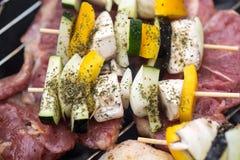 Grill mit köstlichem gegrilltem Fleisch und Gemüse auf Grill Stockbilder