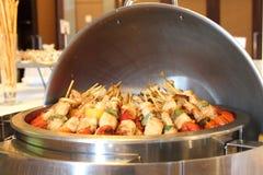 Grill oder BBQ mit dem Kebabkochen. Kohlengrill des Hühnerfleisches SK Lizenzfreie Stockbilder
