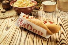 Grill Piec na grillu hot dog z kumberlandem, hot dog Z Żółtą musztardą, Zdjęcie Royalty Free