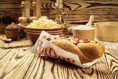 Grill Piec na grillu hot dog z kumberlandem, hot dog Z Żółtą musztardą, Zdjęcie Stock