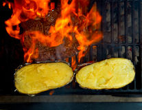 Grill piec na grillu wołowiny mięsne i przygotowane grule Zdjęcia Stock