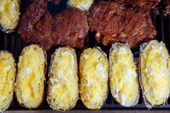 Grill piec na grillu wołowiny mięsne i przygotowane grule Fotografia Royalty Free