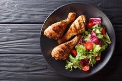 Grill porcja piec na grillu kurczaków drumsticks i świeży vegetab zdjęcia royalty free