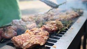 Grill, Sma?y ?wie?ego mi?so, kurczaka grill, BBQ, grill Zbli?enie pogodny plenerowy szef kuchni obraca mi?so na grillu zbiory