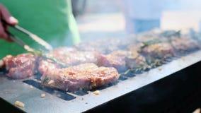 Grill, Sma?y ?wie?ego mi?so, kurczaka grill, BBQ, grill Zbli?enie pogodny plenerowy szef kuchni obraca mi?so na grillu zdjęcie wideo