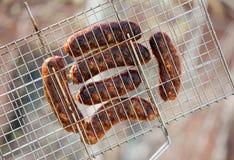 Grill-Steuerknüppel mit Fleisch auf Grill Stockfotos