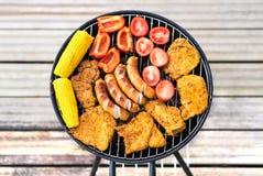 grill target929_1_ plenerowych półkowych korzennych stki Odgórny widok czajnika grill pełno jedzenie Fotografia Stock