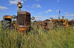 Grill van een oude gele tractor stock afbeeldingen