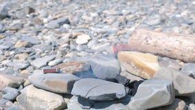 Grill van grote stenen met het branden van steenkolen waarvan er rook is stock videobeelden