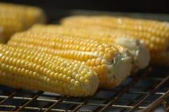 Grill von Mais auf Pfeiler Stockfotos