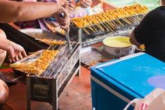 Grill wieprzowina na grilla kucharstwie w Taling Chan Unosi się Marke obrazy stock