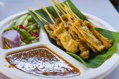 Grill wieprzowina na grilla kucharstwie w Taling Chan Unosi się Marke zdjęcia stock