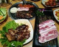Grill wieprzowiny plasterek na gorącej BBQ niecce, rodzinny obiadowy czas, Korea jedzenie, yakiniku, Korea miasteczko Obrazy Stock