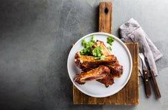 Grill wieprzowiny ziobro słuzyć na wite talerzu, odgórny widok zdjęcia stock
