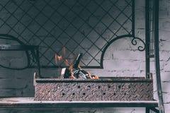 Grill z ogieniem, płomieniami i węglami drzewnymi, zdjęcia royalty free