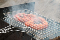Grill z piec na grillu kiełbasą zdjęcia royalty free
