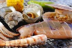 Grilla abalone, tioarmade bläckfisken, räka, musslor och havre med varm charcoa Royaltyfria Foton