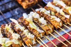 Grilla den stinky tofuen, det populäraste taiwanesiska traditionella mellanmålet Arkivfoton