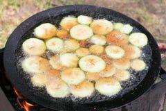 Grilla grönsaker på grillfest, zucchinin och aubergine Royaltyfri Foto