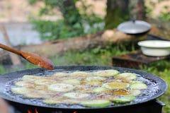 Grilla grönsaker på grillfest, zucchinin och aubergine Fotografering för Bildbyråer