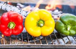 Grilla grönsaker (peppar, paprika) på gallret Arkivbilder