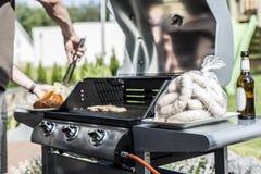 Grilla grilla bbq na propanu gazu grilla stków bratwurst kiełbas mięsnym posiłku Obrazy Stock