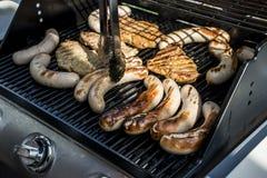 Grilla grilla bbq na propanu gazu grilla stków bratwurst kiełbas mięsnym posiłku Obraz Royalty Free