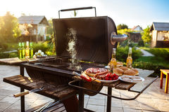 Grilla grilla przyjęcie Smakowity jedzenie na drewnianym biurku Zdjęcia Royalty Free