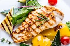 Grilla grillade grönsaker för det fega bröstet med grillad höna för det fega bröstet med grönsaker på ektabellen Arkivbild