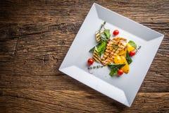 Grilla grillade grönsaker för det fega bröstet med grillad höna för det fega bröstet med grönsaker på ektabellen Arkivbilder