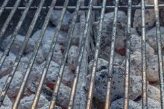 Grilla grillage z gorącym węglem briquets pod nim zdjęcia royalty free