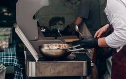 grilla grillfestbiff sked för maninnehavstål och grilla mig Arkivbild
