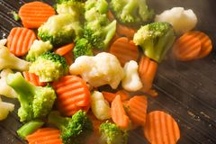 Grilla härliga färgrika grönsaker på gallerpannan arkivbilder