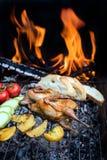 Grilla hönsvaktlar och nya saftiga grönsaker i en restaurang Arkivfoto