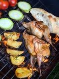 Grilla hönsvaktlar och nya saftiga grönsaker i en restaurang Royaltyfri Fotografi