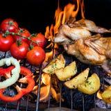 Grilla hönsvaktlar och nya saftiga grönsaker i en restaurang Royaltyfri Bild