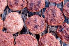 Grilla k?ttbullar p? gallret Laga mat grillfesten med kol i tr?dg?rd royaltyfri fotografi