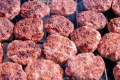 Grilla k?ttbullar p? gallret Laga mat grillfesten med kol i tr?dg?rd fotografering för bildbyråer