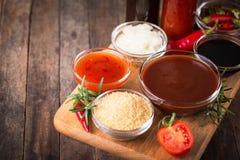 Grilla kumberland z składnikami na stole zdjęcie stock