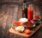 Grilla kumberland z składnikami na stole zdjęcie royalty free