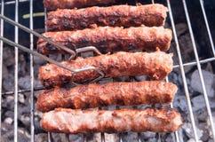 grilla Laga mat grillfesten med kol i trädgården T royaltyfria bilder