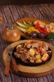 Grilla med en potatis, ett kött och champinjoner Arkivfoton