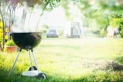 Grilla med rök över den utomhus- naturen för sommar i trädgård eller parkera, utomhus- arkivfoton